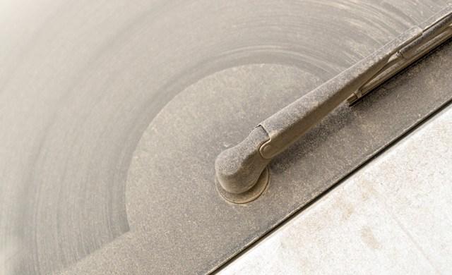Umazano avtomobilsko steklo
